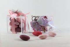 Fond pour le baptême de bébé avec deux faveurs, roses et violets photos libres de droits
