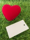 Fond pour le jour du ` s de Valentine sur l'herbe verte avec le coeur rouge Image stock