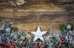 Fond pour Noël avec l'étoile en bois blanche Photo libre de droits