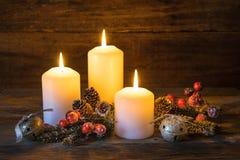 Fond pour Noël ou l'avènement avec les bougies brûlantes de fête Image stock