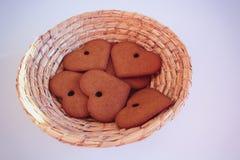 Fond pour Noël un pain d'épice en osier de basketof sous forme de coeurs de Noël à un arrière-plan blanc Copiez l'espace S vide image stock