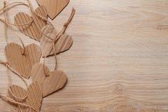 Fond pour une carte de voeux avec des coeurs sur le plancher en bois Photo libre de droits