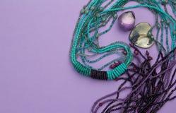 Fond pourpre avec les perles, le coeur nacré et l'améthyste Photos stock
