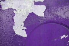 Fond pourpre concret vif avec tombé le plâtre photo libre de droits