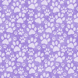 Fond pourpre de Paw Print Tile Pattern Repeat de chienchien Photos libres de droits