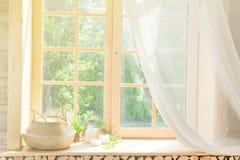 Fond principal élevé blanc de châssis de fenêtre de rideau et en bois avec la lumière du soleil photos libres de droits