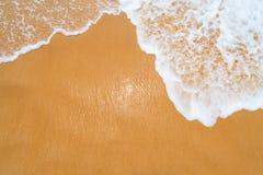 Fond propre de plage de sable avec des vagues Images stock