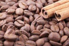 Fond rôti de grains de café avec de la cannelle Images stock