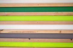 Fond rayé en bois de mur Planches vertes, blanches, grises, naturelles Photographie stock