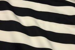 Fond rayé noir et blanc de tissu Photo libre de droits