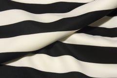 Fond rayé noir et blanc de tissu Photos libres de droits