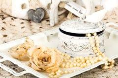 Fond romantique avec des roses, collier de perles, vieille dentelle Photos libres de droits