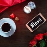 Fond romantique avec l'anneau de mariage, les fleurs roses, le smartphone, la tasse de café et les bonbons au chocolat Images libres de droits