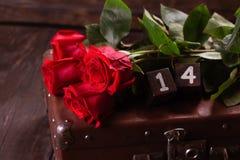 Fond romantique avec la rose de rouge sur la table en bois, vue supérieure Image stock