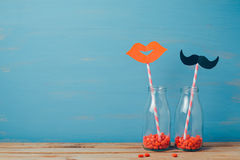 Fond romantique créatif de Saint-Valentin avec de rétros bouteilles et pailles Image libre de droits