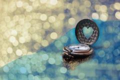 Fond romantique de bokeh d'amour avec l'horloge de forme de coeur Photo stock