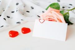 Fond romantique de jour de valentines de St Rose, carte vierge d'amour et deux sucreries en forme de coeur Image stock