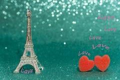 Fond romantique de Saint-Valentin avec le beau bouquet des roses sur la table en bois image libre de droits