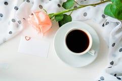 Fond romantique - la tasse de café, s'est levée, masque la carte d'amour Images stock