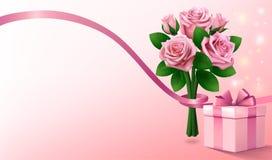 Fond rose-clair de salutation avec le boîte-cadeau et le bouquet des roses roses avec le ruban Copiez l'espace pour le texte Photos stock