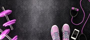 fond rose de forme physique avec les haltères et le smartphone Image stock