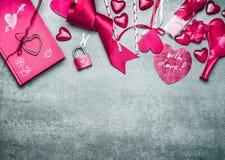 Fond rose de jour de valentines avec la diverse décoration pour saluer et texte manuscrit avec amour, vue supérieure, frontière Photos stock