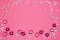 Fond rose de Noël avec des ornements de Noël et la Co argentée photos stock
