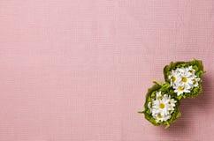 Fond rose de textile avec des fleurs Photographie stock libre de droits