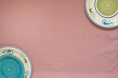 Fond rose et plats colorés Image libre de droits