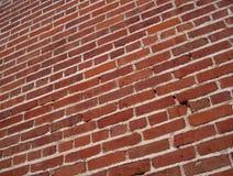 Fond rouge à angles de mur de briques Photos stock