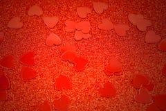 Fond rouge avec les images courantes de coeurs Photo stock