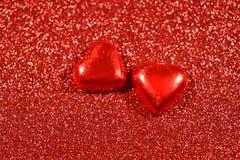 Fond rouge avec les images courantes de coeurs Photographie stock