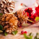 Fond rouge d'or de cône de Noël Image stock
