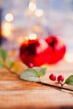 Fond rouge d'or de houx de baie de Noël Photos libres de droits