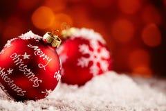 Fond rouge de babiole de Joyeux Noël Image libre de droits
