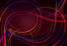 Fond rouge de contre-jour, couvert de nuances rouge-bleues des rayures onduleuses et tourbillonnantes d'arc-en-ciel Photo stock