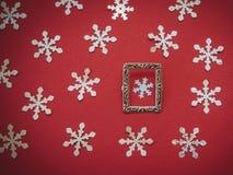 Fond rouge de flocon de neige Image libre de droits