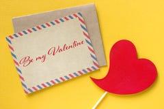 Fond rouge de jaune de coeur de carte de voeux de jour de valentines Photographie stock