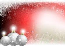 Fond rouge de Noël avec des boules de blanc de Noël Photos libres de droits