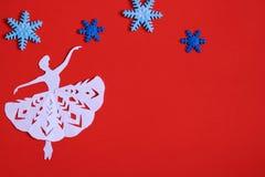 Fond rouge de Noël avec des showflakes et des danseurs classiques photographie stock