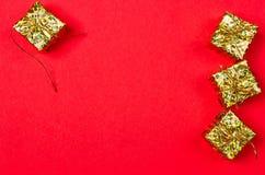 Fond rouge de Noël avec le cadeau et la décoration Photographie stock libre de droits
