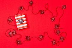 Fond rouge de Noël avec le cadeau et la décoration Photo stock