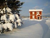 Fond rouge de Noël de l'hiver de maison de bois de construction Photo libre de droits