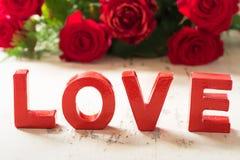 Fond rouge de Valenine d'amour avec des roses Photographie stock