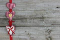 Fond rouge en bois de frontière de trois coeurs Photographie stock