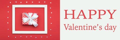 Fond rouge et blanc de Valentine de jour heureux du ` s de couleur Configuration d'appartement de jour de valentines Images libres de droits