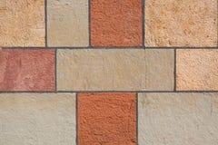 Fond rouge et jaune coloré de mur de bloc de brique Modèle de texture d'architecture photographie stock libre de droits