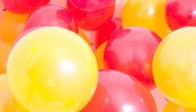 Fond rouge et jaune de ballons Image stock
