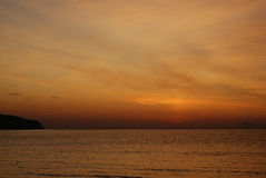 Fond rouge grunge de ciel et de mer au lever de soleil Image stock