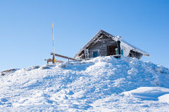 Fond rural d'hiver de vacances Petite maison alpine en bois couverte de neige images stock